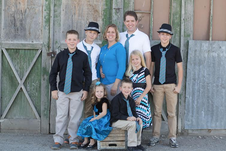 Photo of Dr. Kenyon Anderson of Santaquin Family Vision with his wife and six kids.